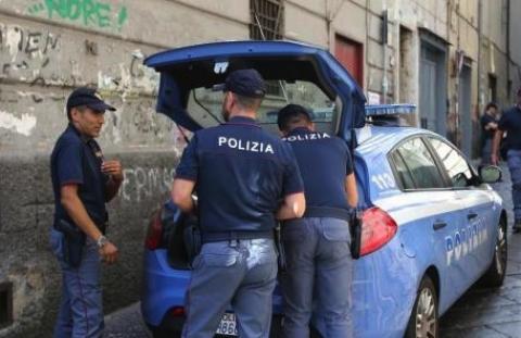 Napoli, sparatoria in pieno centro tra Polizia e alcuni ragazzi in scooter