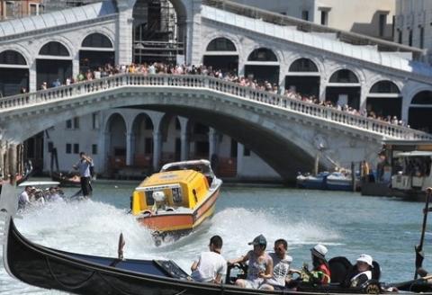 Follia di un turista: si butta da Rialto, centra una barca taxi