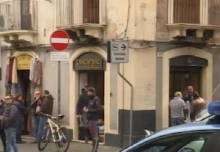 Catania, tre banditi assaltano una gioielleria: tirolare ferito per una caduta